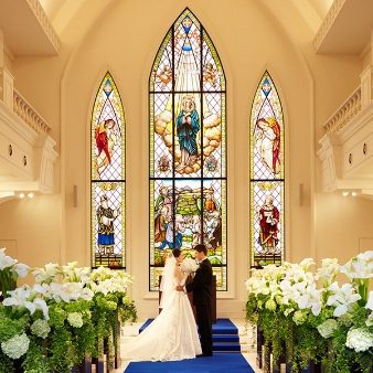 【8mのステンドグラス輝く!】大聖堂感動挙式&豪華フルコース